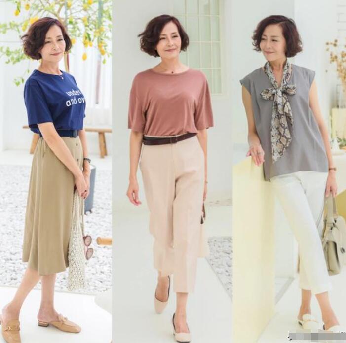 生活中很多步入中老年阶段的女性中老年人穿什么衣服好看?