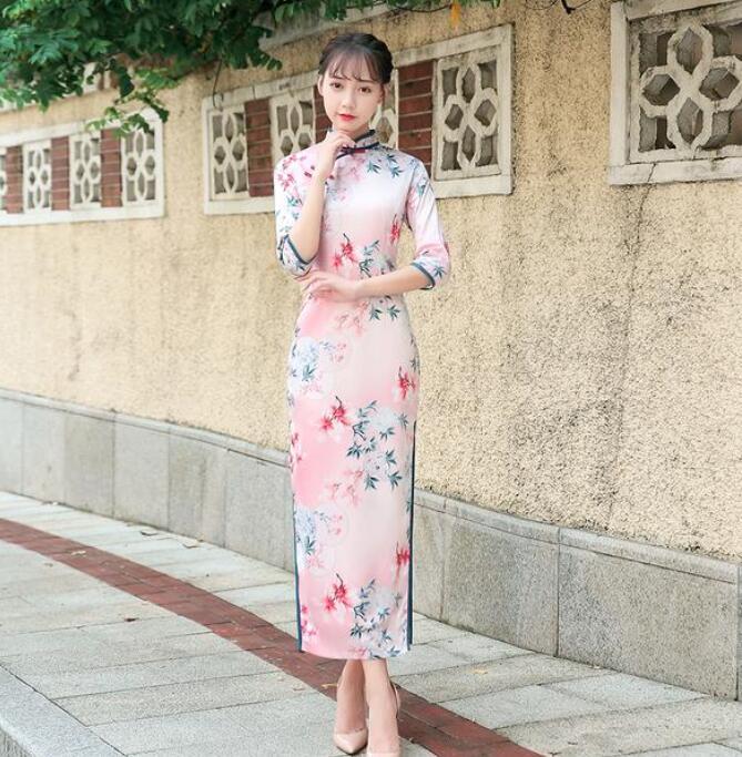 年轻旗袍年轻女孩穿什么颜色的旗袍?