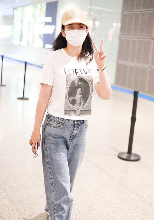 42岁黄奕机场可爱比V短袖配牛仔裤依旧少女感十足