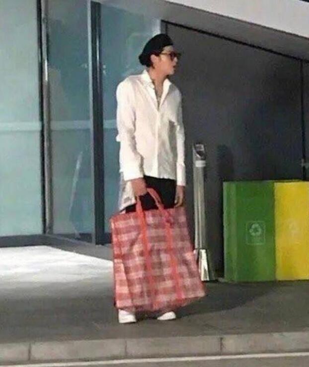 吴亦凡节目路透照架黑超穿白色衬衫帅气有型