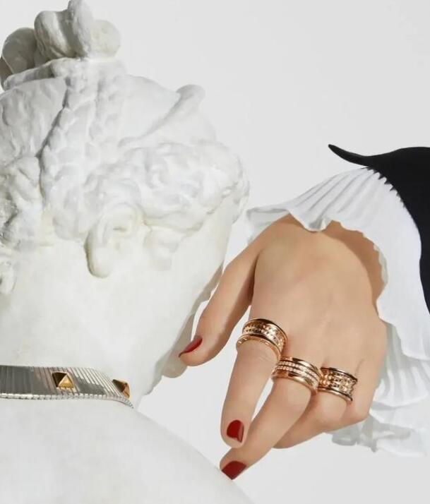 订婚戒指的价钱一般都是男方买现在普通人一般买求婚戒指多少钱?