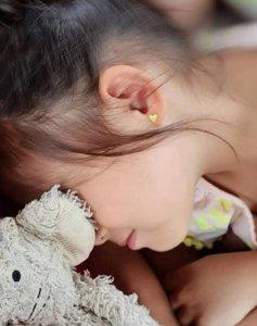 周杰伦女儿5岁近照曝光 绑着丸子头侧颜超美
