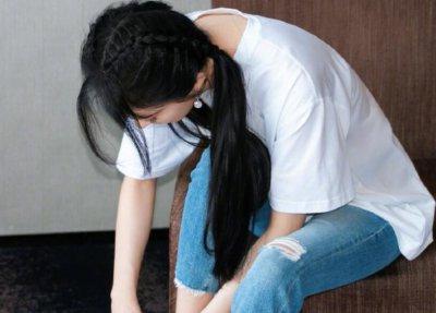 杨幂再梳双马尾 对镜比剪刀手少女感满满