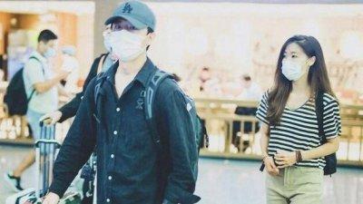 黄轩带女友亮相机场 两人打扮朴素低调风格超搭