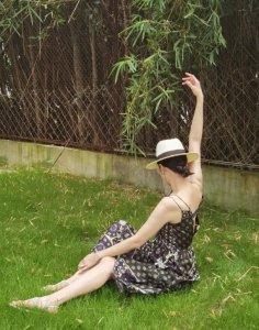 宋佳草帽配吊带裙 对镜摆弄各种姿势撩人风情