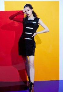 钟楚曦穿质感小黑裙 对镜头凹造型时尚感满分