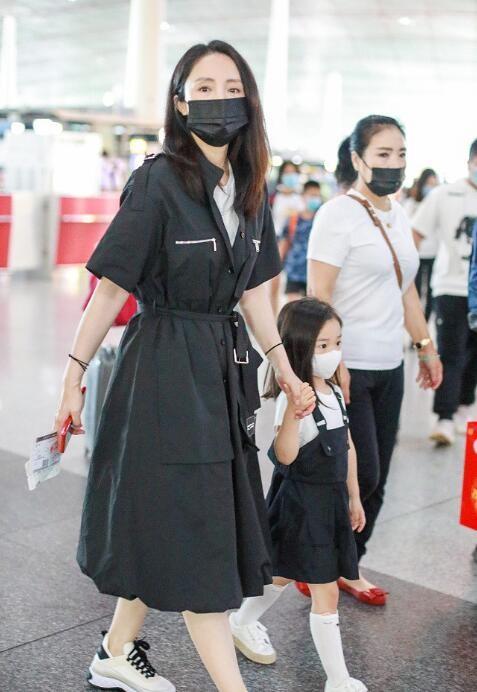 董璇和女儿穿亲子装母女俩穿黑色长风衣又美又飒