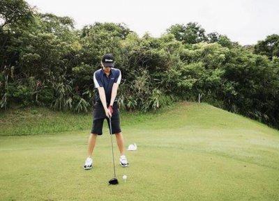 罗志祥打高尔夫晒照 一身运动打扮状态看起来超好