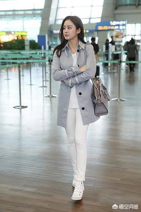 白色紧身裤在夏季春秋季节穿搭比较多白色紧身裤子搭配什么上衣?