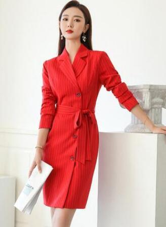 在职场生活中女人干练的穿搭秋天