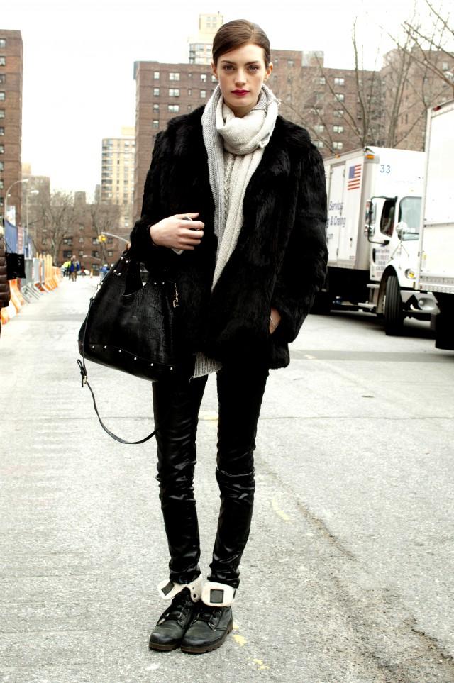 黑色大衣搭配什么颜色围巾 黑色和什么颜色对比搭配