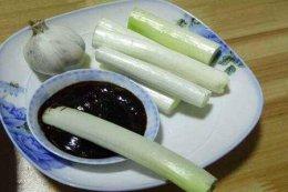 生吃大葱的功效与作用 四个女人吃生吃大葱的营养价值
