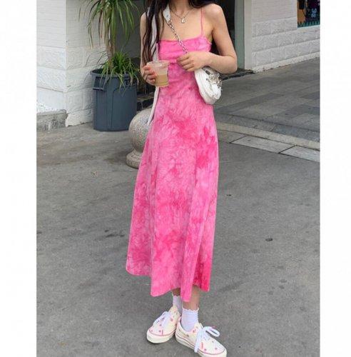 粉色吊带裙配什么上衣