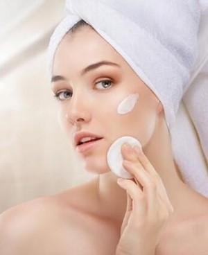 浓妆用卸妆油还是卸妆水好?卸妆油和卸妆水有什么区别?