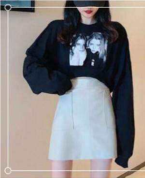 黑色短款卫衣怎么搭配?配半身短裙活泼又俏皮