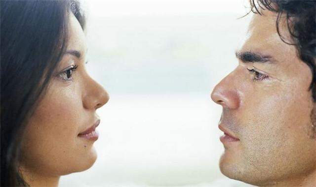 男生盯着女生看的原因 从这些方面能够知道