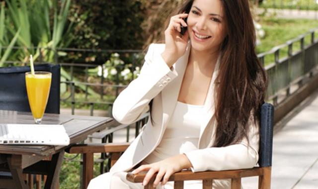白色外套配红色围巾好看吗  几个建议教大家玩转时髦的风格