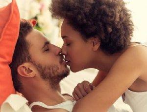 亲吻陌生人活动献初吻 警惕传染接吻病