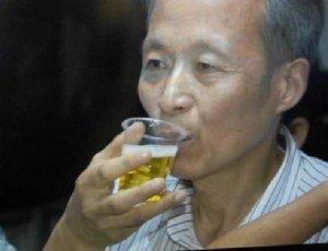 老人喝尿23年治肺气肿 喝尿的好处和坏处