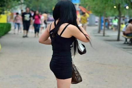 女人黑色无袖连衣裙搭配鱼嘴鞋 具有魅力又清爽潮流