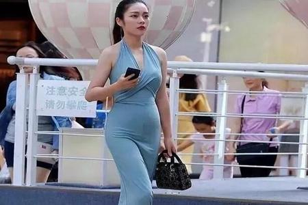 女人蓝色深v超长裙 展现出性感撩人
