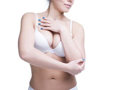 女人手术与精油丰胸有风险 选择必须谨慎