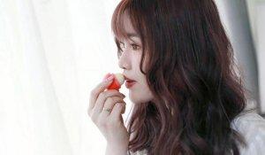 嘴唇发暗沉是什么原因 女生嘴唇外面一圈发黑 是这些习惯造成的