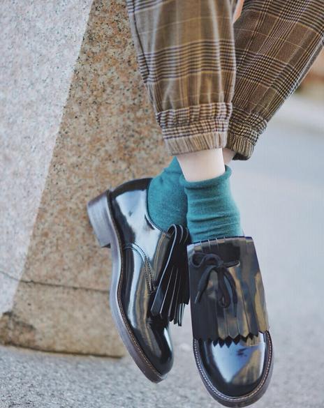 在前些年小白鞋是非常流行的 今年秋天流行什么女鞋