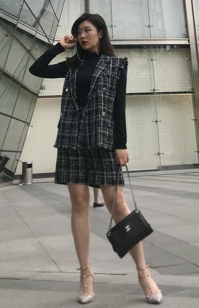 随着衣服的款式颜色逐渐增多 黑色衣服怎么穿搭图片