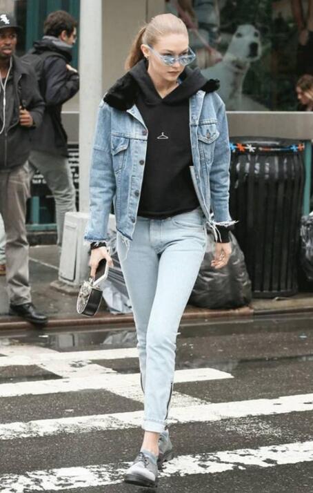 牛仔裤如何搭配能更加彰显个性 短外套怎么搭配牛仔裤?