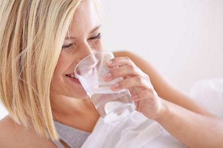 早上空腹一杯水的好处 掌握三种饮用方式轻松减肥瘦身