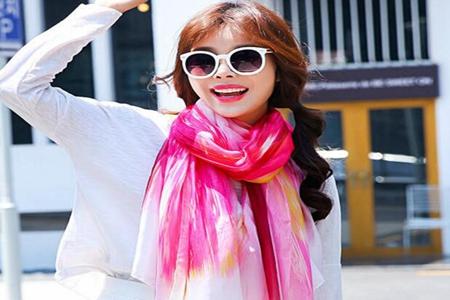 女人想要让自己的穿衣搭配看起来更加的有格调 长款白衬衣搭配什么颜色丝巾